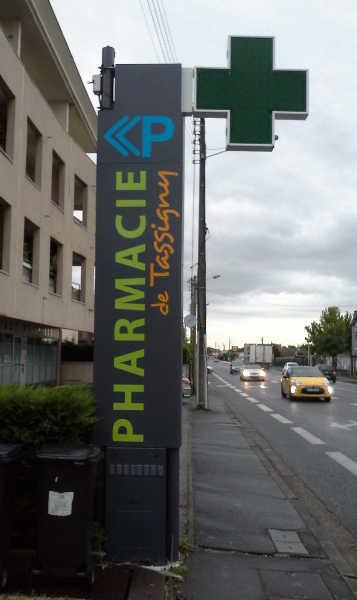 Pose de croix de pharmacie par ouest enseignes for Panneaux publicitaires exterieur