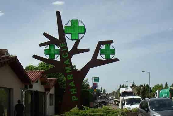 Croix de pharmacie en totem arbre